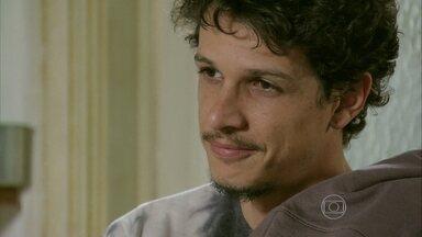Elivaldo desconfia quando Cora afirma que Cristina é filha de José Alfredo - O rapaz comenta com a megera que viu a irmã com Vicente e fica feliz ao saber que ela decidiu ir à festa da Império com o rapaz