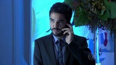 José Pedro avisa a Marta que Cristina está na festa - Vicente coordena a cozinha do evento e explica o trabalho para Lorraine