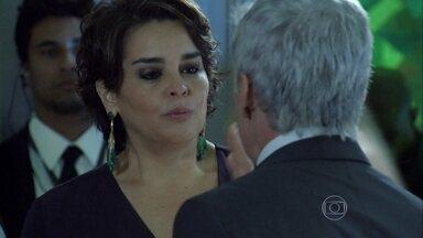 Beatriz não consegue contar para Cláudio que Téo divulgou sua foto com Leonardo - Helena leva Beatriz para longe da imprensa