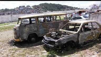 Grupo incendeia ônibus e carros em protesto na Zona Leste de SP - Manifestantes protestaram contra a morte de duas pessoas em baile funk.Duas pessoas em uma moto dispararam contra os participantes da festa.