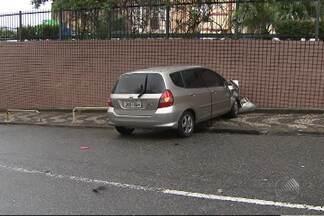 Motorista perde controle do carro e bate em muro no centro de Salvador - Veja nas imagens.