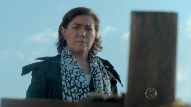 Maria Marta observa o local onde Sebastião Ferreira foi enterrado - Ricaça chega ao Monte Roraima disposta a iniciar uma guerra contra o marido