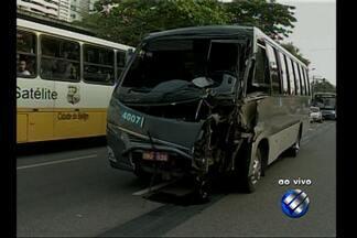 Acidente entre ônibus e microônibus complica o trânstito na avenida Almirante Barroso - Colisão ocorreu no início da manhã desta quarta-feira (24).