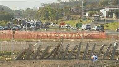Desvio em trevo de Valinhos, SP, requer atenção dos motoristas neste trecho - Retorno 50 metros abaixo faz motoristas utilizarem retorno antigo na área. As obras de alargamento da rodovia são as principais causas da mudança na via.