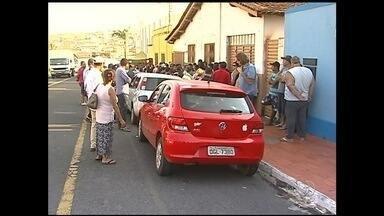 Comerciantes se cadastram para montar barracas na Festa do Rosário, em Catalão - Comerciantes fazem filas para montar barracas na Festa do Rosário, em Catalão. Milhares de pessoas fazem cadastros.