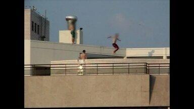 Adolescentes se arriscam no alto de um prédio - O flagrante foi feito na cobertura de um prédio de seis andares, na Quadra 101. Os jovens se arriscam no alto de um prédio, pulando em uma piscina. O major do Corpo de Bombeiros alerta os pais para o perigo de acidentes.