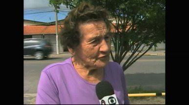 Senhora planta e cuida de árvores frutíferas em rua de Rio Grande, RS - Dalva Martins faz isso há 18 anos.