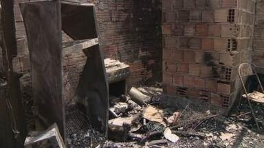 Crianças morrem em incêndio após mãe sair para acessar wi-fi, no AM - Meninos de um e dois anos estavam sozinhos em casa, diz Bombeiros. Mãe foi detida e causas do incêndio serão apuradas, segundo delegado.