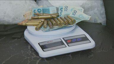 Suspeitos de roubo a carro forte são presos em Campinas - Os suspeitos foram encontrados pela polícia em um bar no Bairro San Martin nesta sexta-feira (26). Com eles foram apreendidas drogas, dinheiro e munição para armas. Um adolescente fazia parte do grupo.