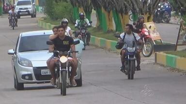 Motociclistas se arriscam sem capacetes no trânsito de tabatinga, no AM - Também é fácil flagrar crianças sendo transportadas irregularmente.