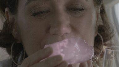 Maria Marta observa o diamante cor-de-rosa - Ricaça planeja intimidar Zé Alfredo