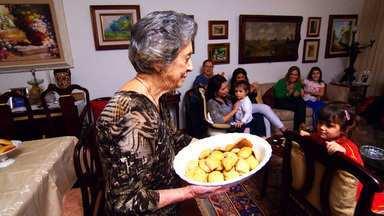 Senhora de 90 anos mostra a tradição e a receita do Pão de Cristo - Há 30 anos, dona Alice, de família libanesa, ganhou o fermento de uma prima capixaba e iniciou a tradição de reunir a família em torno do Pão de Cristo.