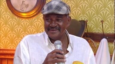 Barbeiro desde 1968, Sr. Dilson participa do Esquenta! - Fã da Portela, barbeiro e banda cantam 'A Chuva Cai'