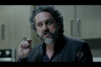 Zé Alfredo ameaça matar Amanda ao ter pacto quebrado - Comendador fica furioso por ela ter voltado ao Brasil