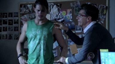 Téo pede para Robertão ficar em seu escritório enquanto ele trabalha - O malandro não consegue compreender as ironias do blogueiro