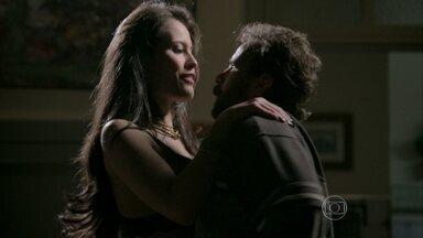 Carmen agarra Ismael - Depois de briga com Orville, advogada seduz o morador de rua