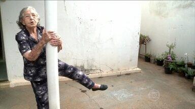 Vovó Lole revela como consegue energia e disposição aos 98 anos - Ela completou 98 anos com vigor. Mais conhecida como Dona Lole, a mineira ainda faz todas as atividades domésticas e ainda tem pique para brincar com o bisneto. Ela dorme cedo, come alimentos saudáveis e pratica exercícios três vezes por dia.