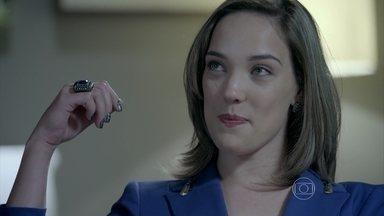Amanda conversa com José Pedro e provoca Danielle - Maria Marta insinua para a esposa do filho que ele e a prima estão se dando muito bem