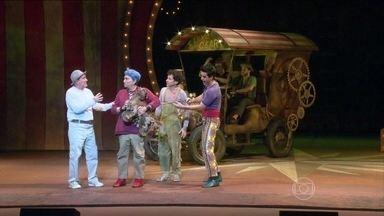 Renato Aragão faz teatro pela primeira vez no musical 'Os Saltimbancos Trapalhões' - Muita gente que se divertiu no cinema com 'Os Saltimbancos Trapalhões' agora vai rir no teatro. Estreou no Rio uma peça baseada no filme. Tem Renato Aragão no palco. A carreira teatral do Didi começou aos 79 anos de idade.