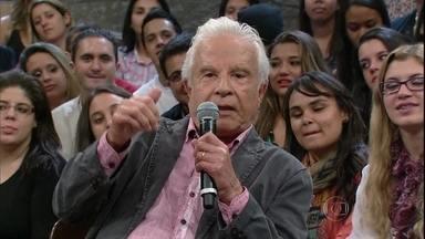 Cid Moreira conta que já apresentou o Jornal Nacional de bermuda - Jornalista comenta que só fez isso uma vez por causa de um contratempo
