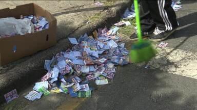 Eleição suja ruas da cidade com santinhos de candidatos - A segunda-feira pós-eleição foi de muito trabalho para quem tem a função de varrer as ruas.