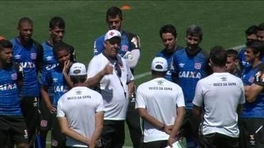 Após recuperação, Joel Santana volta a trabalhar com elenco do Vasco - Técnico esteve em campo e comandou treino em São Januário.