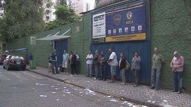Eleitores acordam cedo para votar em Santos, SP - Várias zonas eleitorais estavam com fila antes das abertura dos portões. Paulistas voltam as urnas apenas para definir o próximo presidente do Brasil.