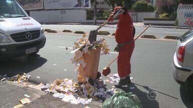 Ruas do Grande Recife ficaram tomadas de lixo no domingo de eleição - Os 'santinhos' dos candidatos foram jogados nas vias.