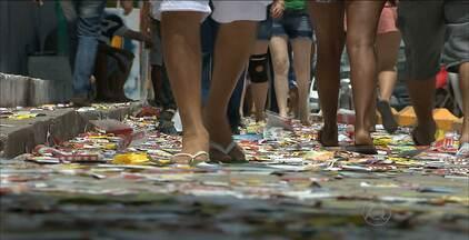 Depois da eleição, João Pessoa ficou tomada pelo lixo - Eleitores chegaram a escorregar nos panfletos que cobriam as ruas.