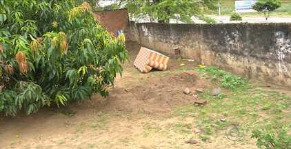Corpo de homem é encontrado no quintal de uma casa em Campina Grande - Segundo informações da polícia, a irmã da vítima é suspeita de cometer o crime.
