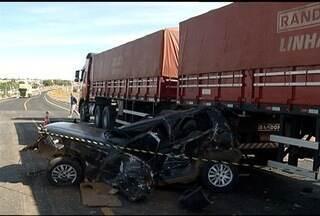 Acidente com três veículos deixa um morto e dois feridos na BR-135, em Bocaiuva - Vítimas estavam em um carro que tentavam atravessar a BR-135. PRF suspeita que houve falta de atenção do motorista do veículo.