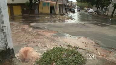 Moradores de bairro de São Luís denunciam desperdício de água - Os moradores do Planalto Vinhais denunciaram o desperdício de água, por conta de um cano estourado. O vazamento já está comprometendo até o trânsito no local.