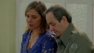 Boogie Oogie - capítulo de segunda-feira, dia 06/10/2014, na íntegra - Beatriz e Elísio choram ao descobrir que Sandra não é sua filha biológica