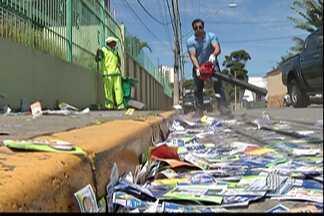 Cidades do Alto Tietê estão cheias de lixos de campanhas eleitorais - Em Mogi das Cruzes a prefeitura disse que a limpeza deve demorar 12 dias.