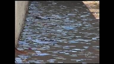 Ruas da região de Itapetininga são tomadas por lixo eleitoral durante as eleições - Após a votação de domingo (5), ficou o lixo eleitoral. Em Avaré (SP) e Itapetininga (SP), por exemplo, as ruas e calçadas ficaram tomadas por papéis.
