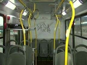 Adolescentes são apreendidos por pichar ônibus - O motorista parou o coletivo e avisou os policiais