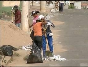Segunda-feira é dedicada à limpeza após eleições no Vale do Aço - Emm Fabriciano, as ruas em frente às escolas foram tomadas pelos santinhos.