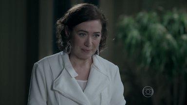 Maria Marta pede para conversar com José Alfredo sobre Cristina - Enquanto isso, a jovem garante para Cora que devolverá todo o dinheiro que ganhou da esposa do Comendador