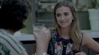 Bianca conta para Beatriz que se reconciliou com as amigas - Jovem questiona a mãe sobre o paradeiro do pai