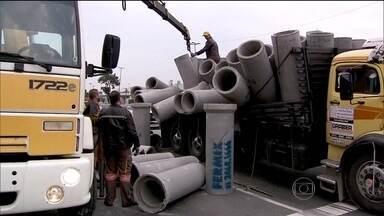 Carga de manilhas de concreto bloqueia importante avenida de São Paulo - Duas faixas foram interditadas para a retirada dos tubos. A Avenida Salim Farah Maluf, na Zona Leste, já está liberada, mas há um longo congestionamento na região.