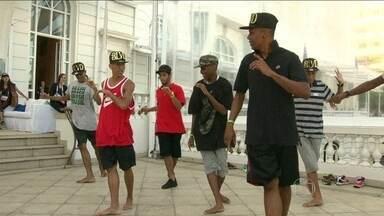 Terceiro dia da conferência Ted Global é marcado com muito funk - No Copacabana Palace, um grupo de jovens de comunidades fizeram uma apresentação do passinho durante a Ted Global. A coreografia foi aplaudida por todos os participantes do evento.