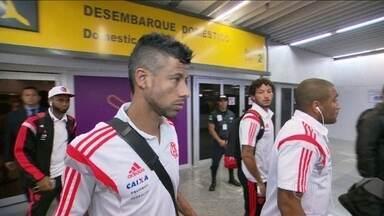 De olho no líder Cruzeiro, Flamengo desembarca após vitória contra Figueirense - Equipe fará treinos na Gávea, onde deve contar com apoio da torcida.