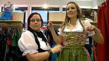 Descubra um segredo sobre o traje típico da Oktoberfest em Munique - Na hora de dar o nó no laço do vestido, o lado representa o estado civil. Veja também o maior desfile de rua do mundo, são sete quilômetros por onde passam pessoas e animais representado a história da Baviera. E em Santa Cruz, saiba quais são os vários shows e atrações para o final de semana.