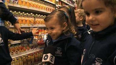 Envolver crianças nas compras é uma forma de incentivar a alimentação saudável - Escola em Santa Maria, RS, leva os pequenos ao supermercado para aprender sobre os alimentos saudáveis.