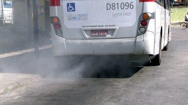 Passageiros de Realengo reclamam da falta de manutenção nos ônibus - Os passageiros contam que esperam por muito tempo nos pontos de ônibus e que o estado dos veículos é precário. O RJTV encontrou portas quebradas, lataria amassada e coletivos soltando uma fumaça assustadora.