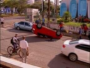Capotamento em plena Avenida Brasil em Passo Fundo, RS - Acidente aconteceu no início da manhã