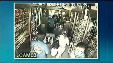 Câmeras flagram assalto a joalheria de Goianésia - Ação dos criminosos durou um minuto. Um dos homens estava armado e rendeu os funcionários enquanto outro abriu as vitrines e retirou as joias.