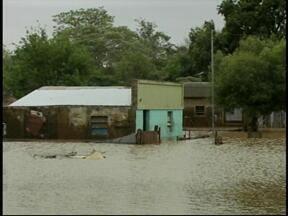 Chuva na sexta (10) agrava situação de milhares de desabrigados na fronteira oeste - Previsão para o final de semana é de mais chuva.