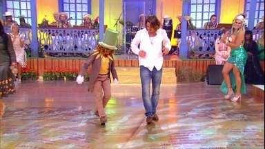 Menino Christian ensina Rômulo Neto a sambar - Ator entra no clima e se diverte no Esquenta!