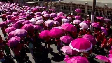 """""""Caminhada rosa"""" marca o mês de alerta sobre o câncer de mama no ES - A caminhada começou no Centro de Vitória."""